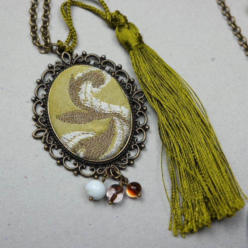 collana con pendente con stoffa damascata vintage