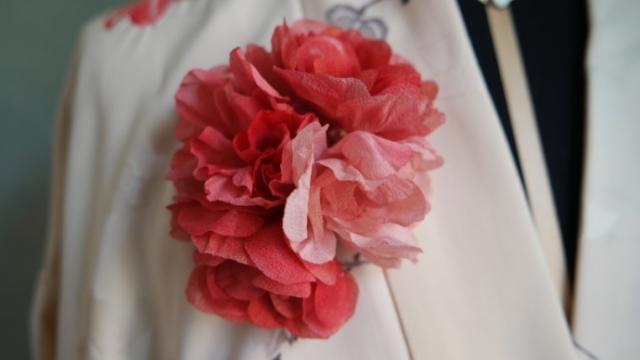 spilla con fiori in seta per giacca