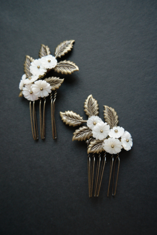 pettinini Bijoux con fiore in madreperla e minuterie in ottone