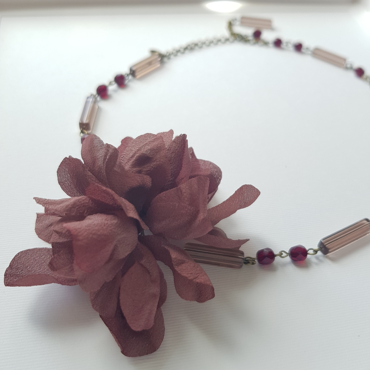 Girocollo con vetri e fiori in seta