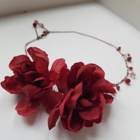 Girocollo con fiori in seta, vetri e mezzi cristalli