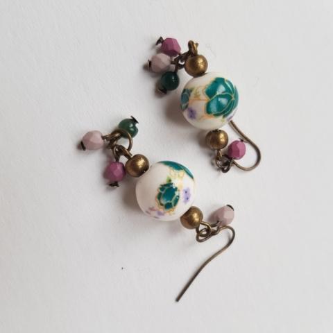 orecchini fatti a mano con ceramiche dipinte, vetri, mezzi cristalli