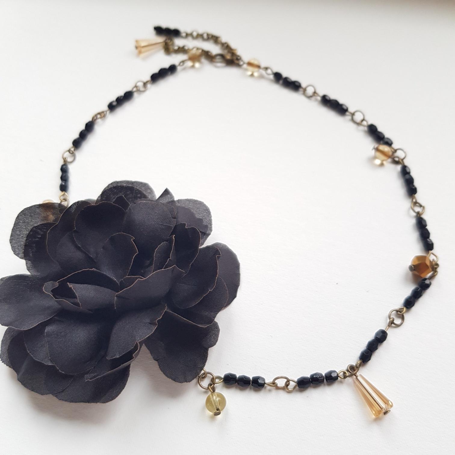 Girocollo con fiore in seta, vetri e mezzi cristalli