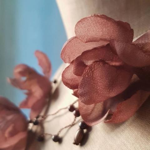chocker con rosa di stoffa