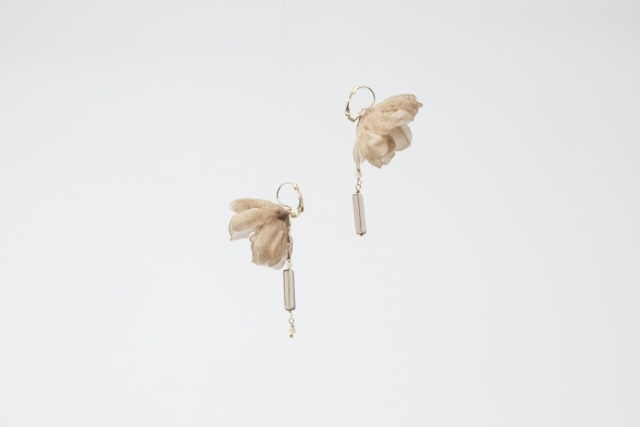 Orecchini Simmetrici con fiori in seta e mezzi cristalli Cipria