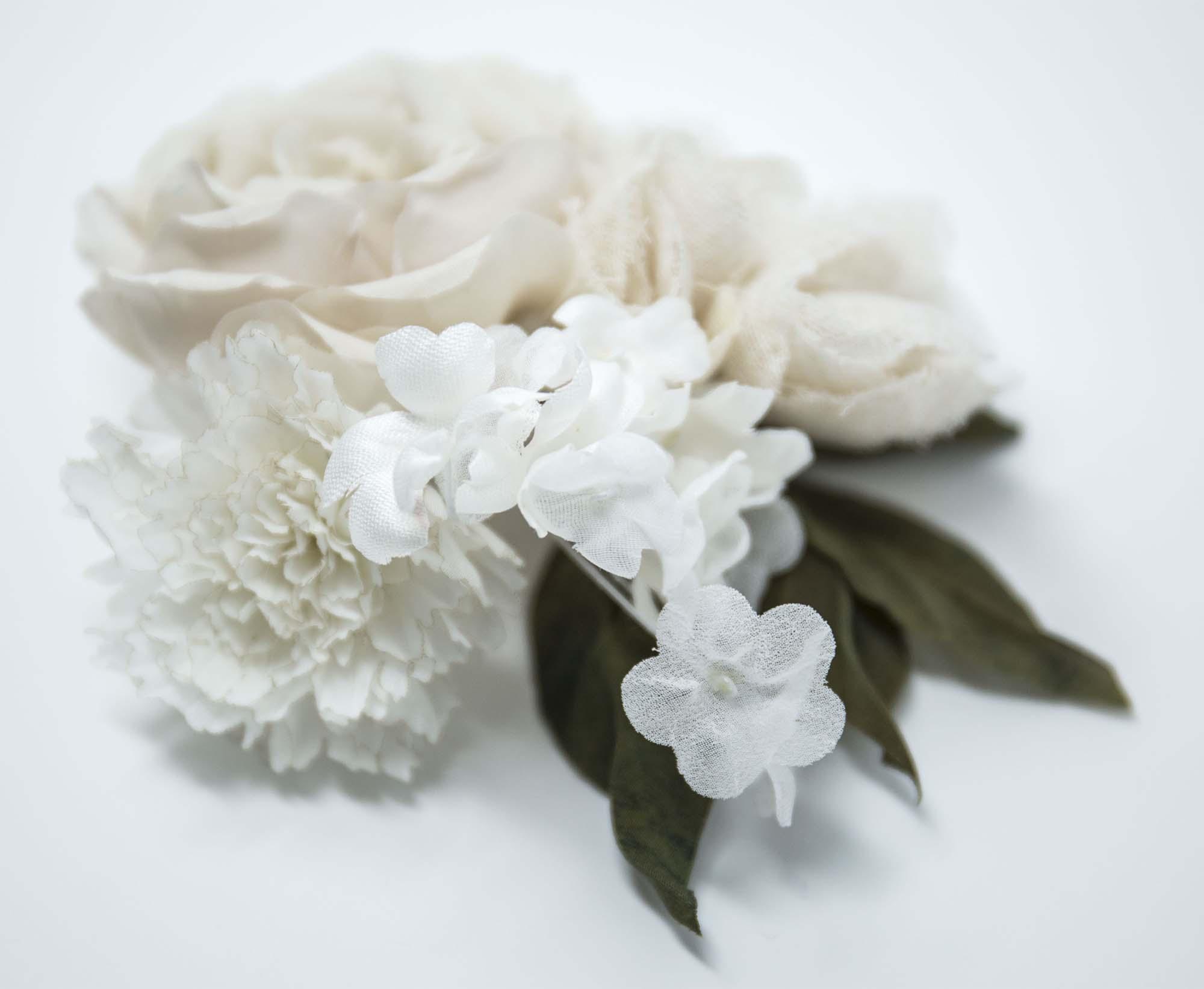 Broche con composizione floreale in seta