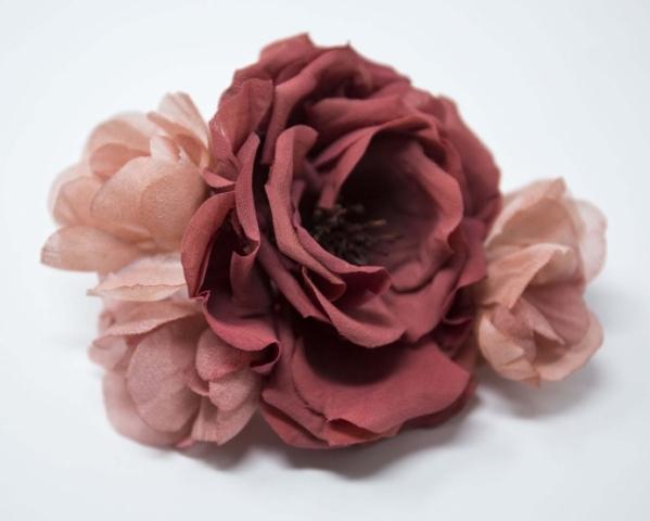 Broche con composizione floreale per abito da sposa