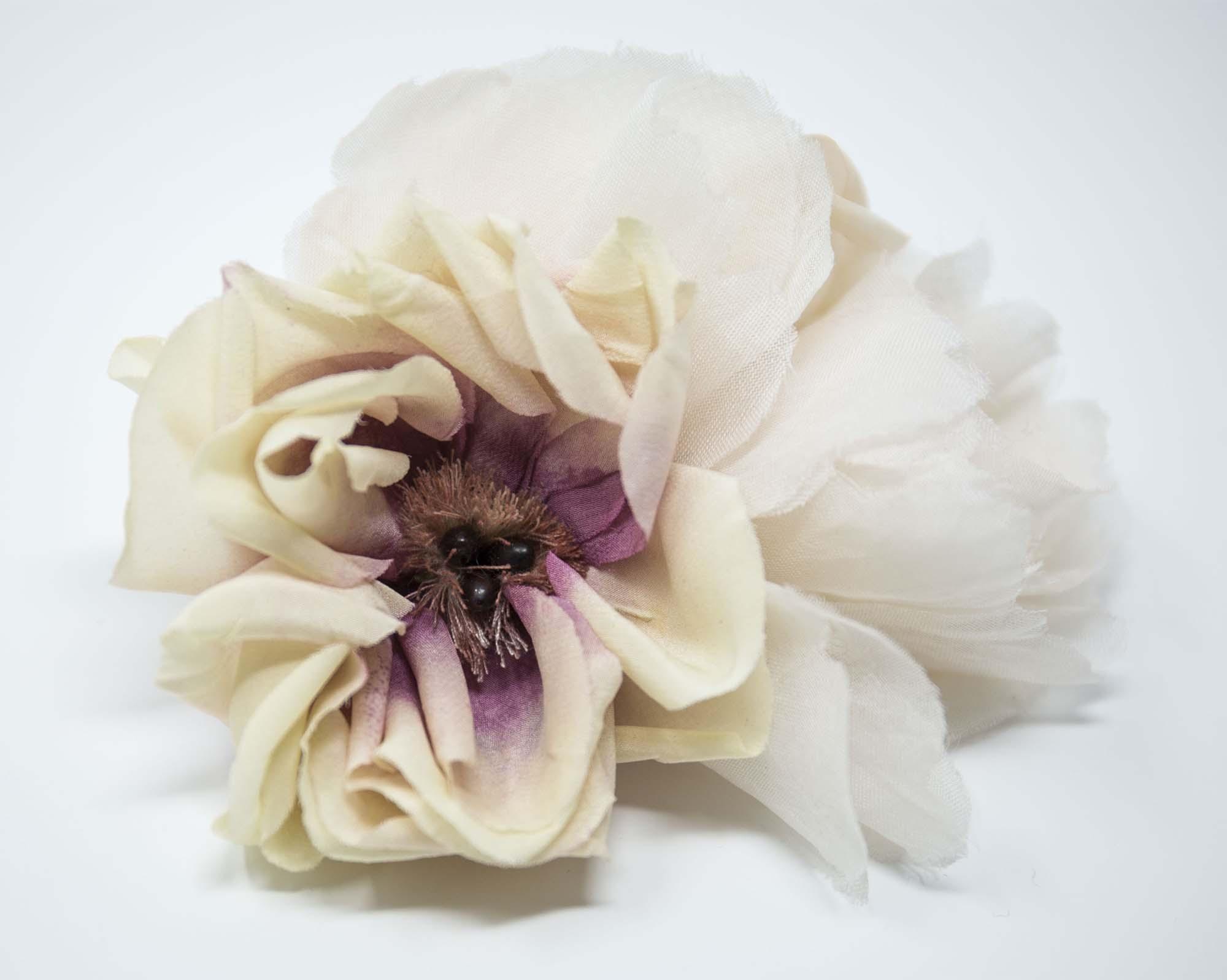 spilla con composizione floreale per sposa