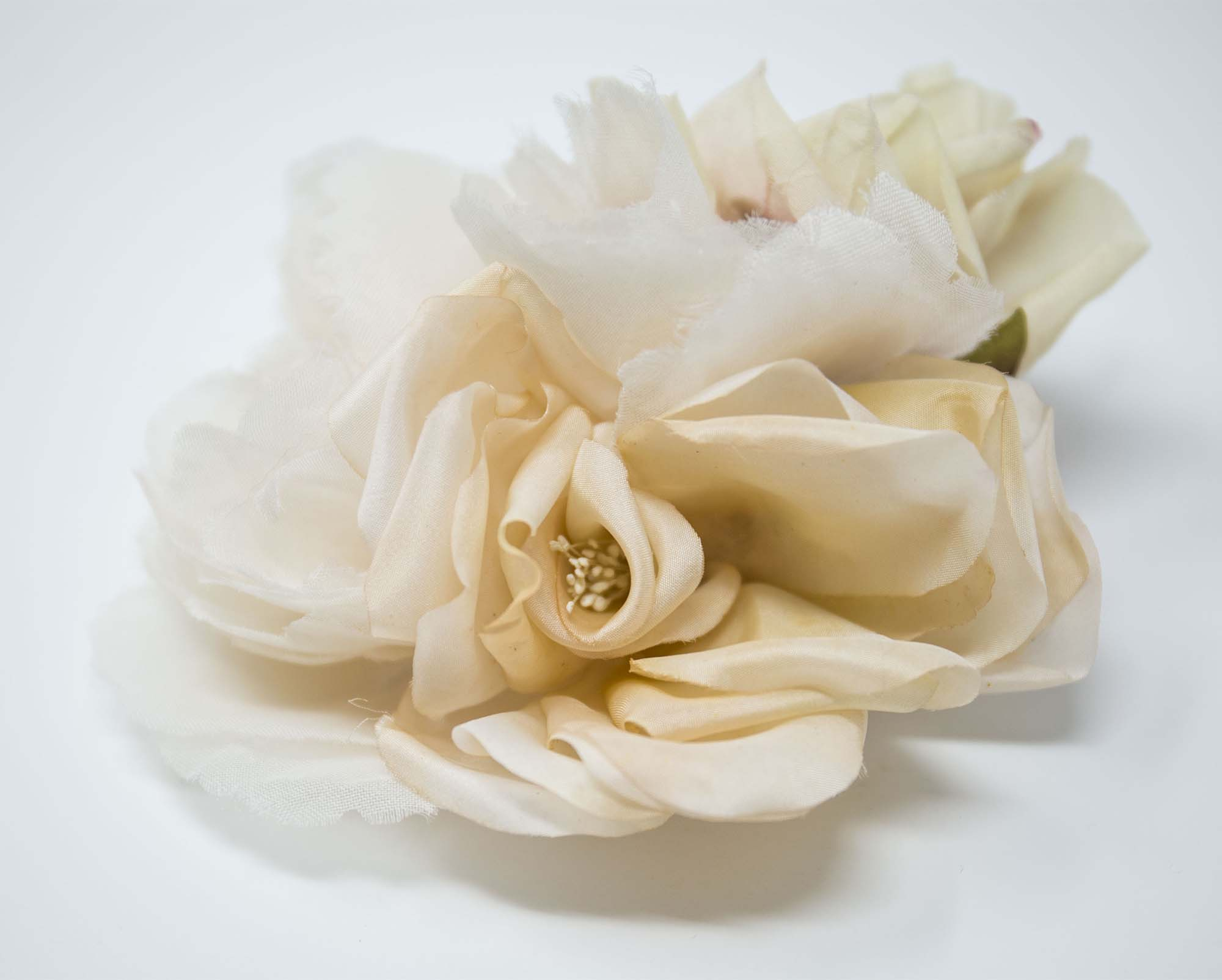 Broche con composizione floreale da cerimonia