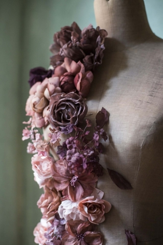 abito da sposa con composizione floreale udine