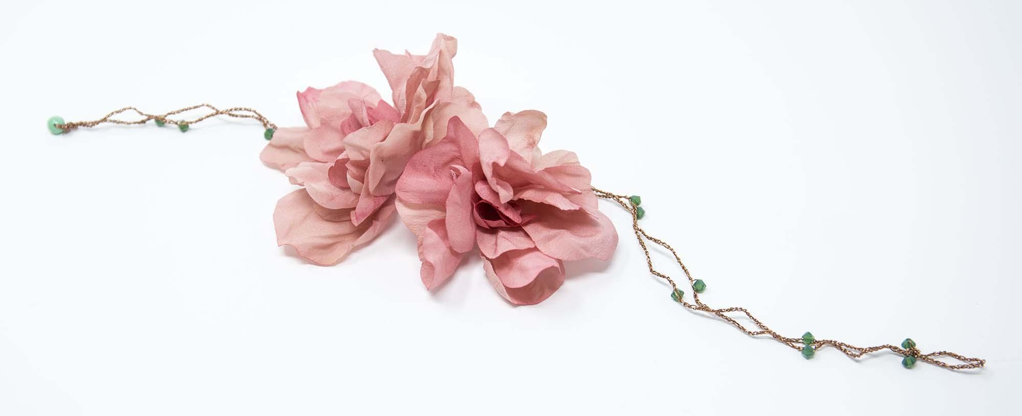 collana con fiori in seta e perle