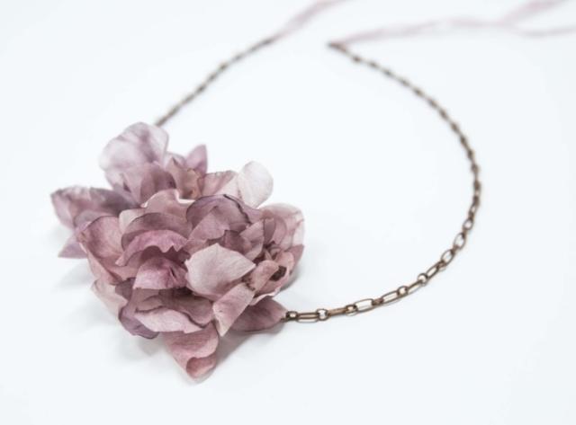 collier fanè vintage con fiori