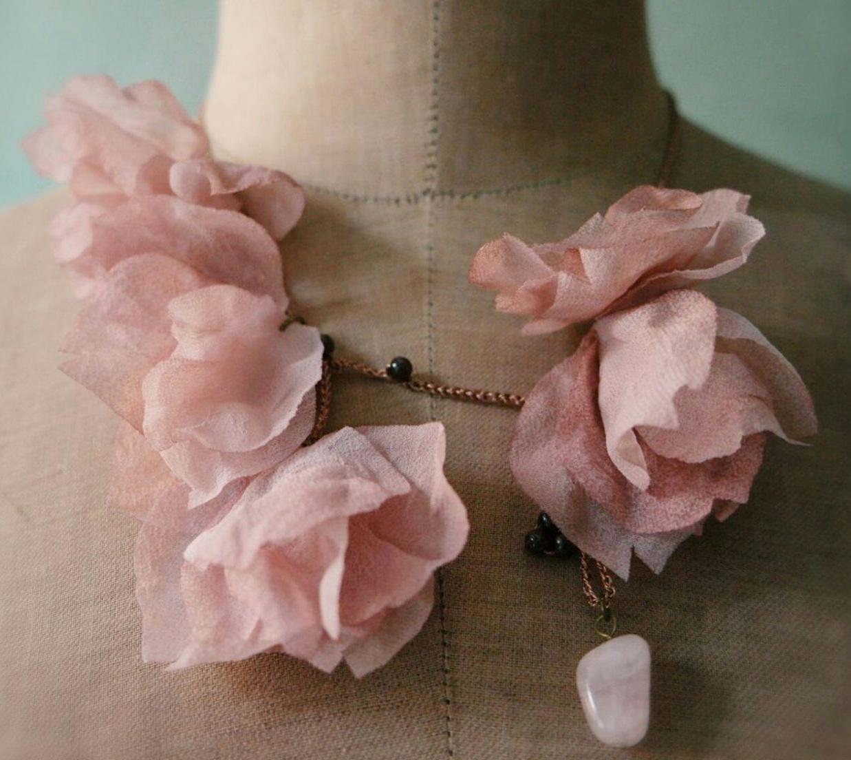 collier romantico con fiori e pietre dure