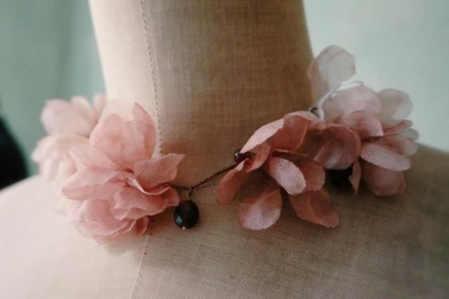 collana girocollo con fiori e cristalli