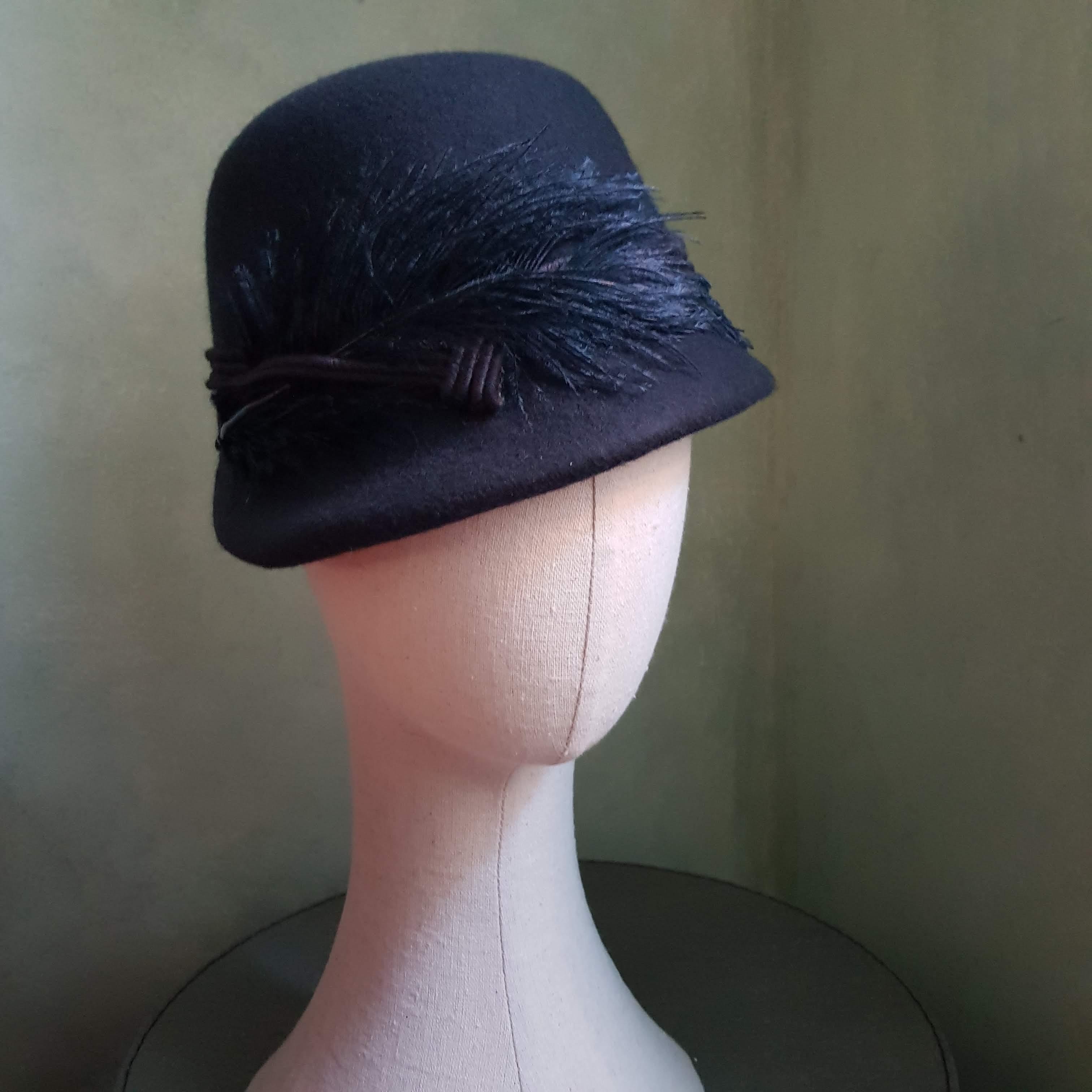 cappello in lana fatto a mano con piume