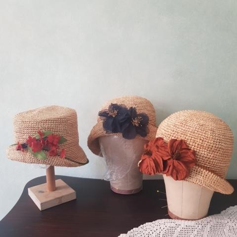 cappelli in paglia con applicazioni floreali fatti su misura a udine