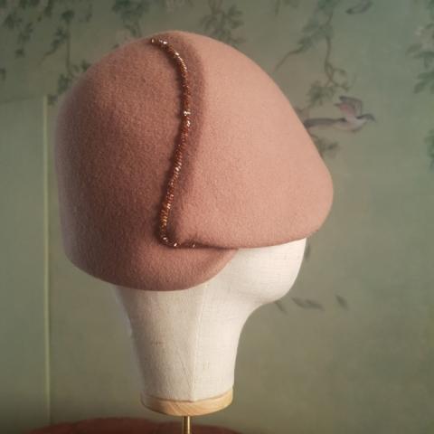Cloche fatta a mano in lana con applicazione di perline baguette