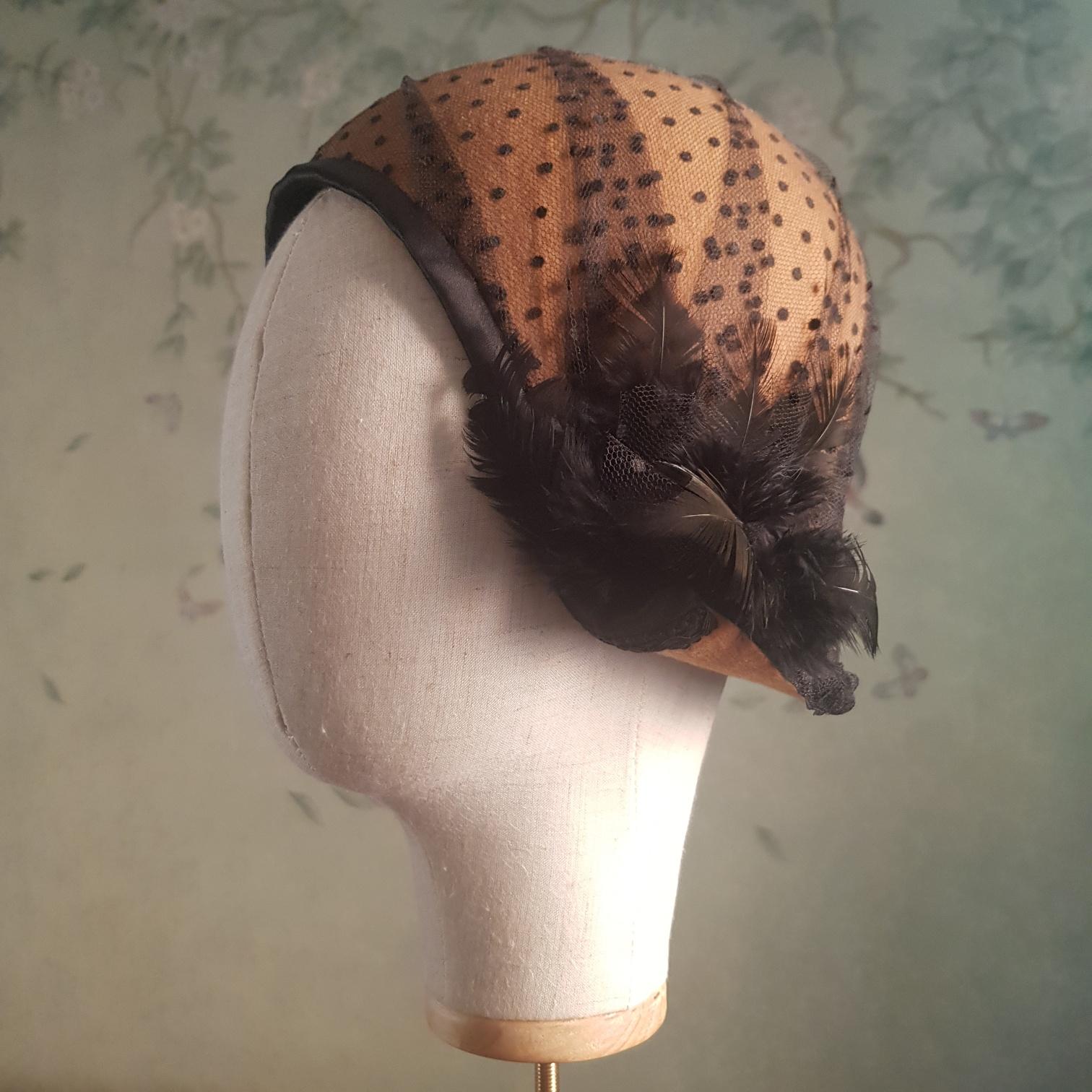Cloche in lana con applicazione piume e rivestimento in tulle plumetis