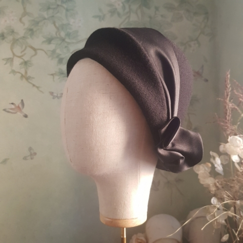 bespoke Cloche in lana con trimming in seta