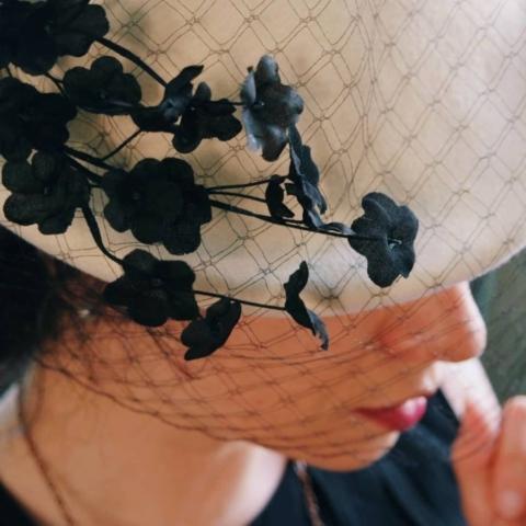 cappello con veletta e fiori in seta fatto a mano