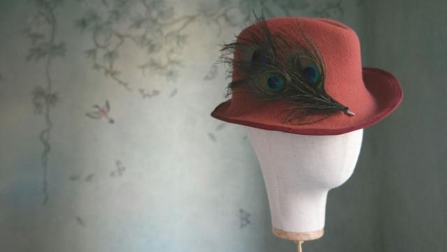 cappello Fedora fatto a mano in feltro di lana, applicazione piume di pavone