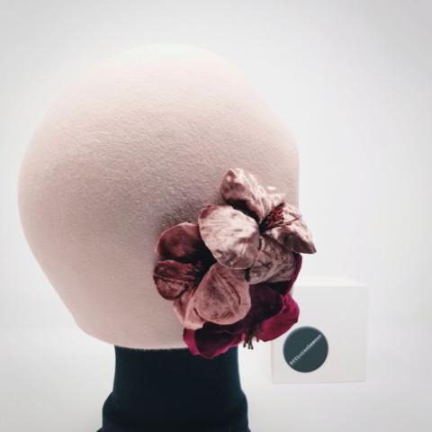 cloche in feltro di coniglio con fiori di modisteria su misura