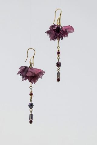 orecchini con fiori fatti a mano e mezzi cristalli