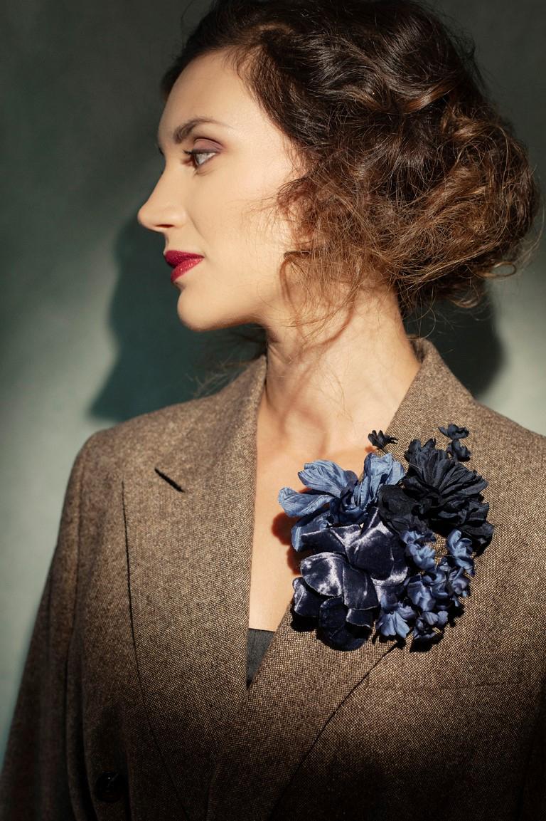 brooche con fiori in seta fatti a mano officinelamour